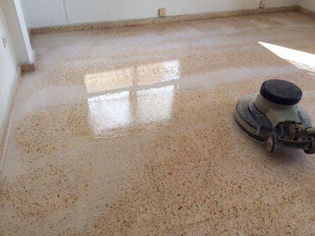Cristalizado del suelo vga servicios y limpiezas for Suelo terrazo blanco