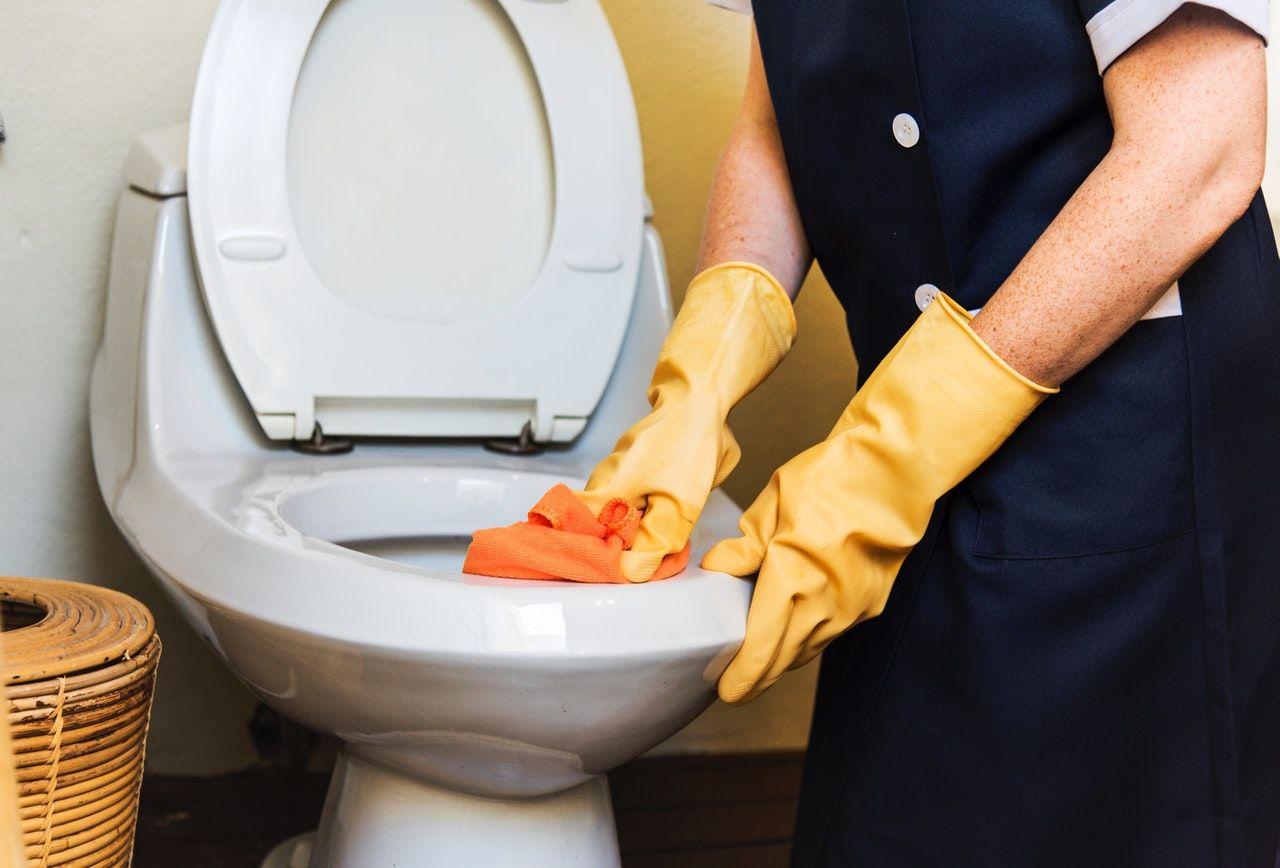 Los mejores trucos para limpiar rápido el baño si tienes invitados