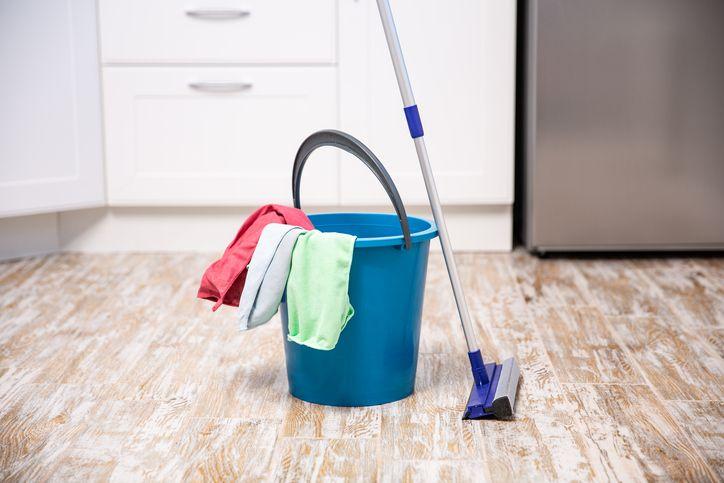 Cómo limpiar rápido una fregona sucia