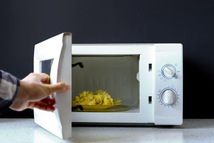 5 errores comunes con el microondas que no debes cometer