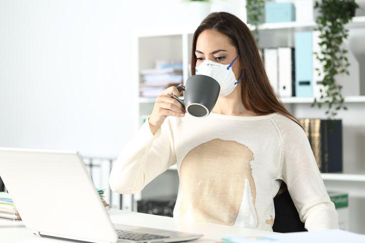 Cómo quitar manchas de grasa, aceite, vino o café de la ropa
