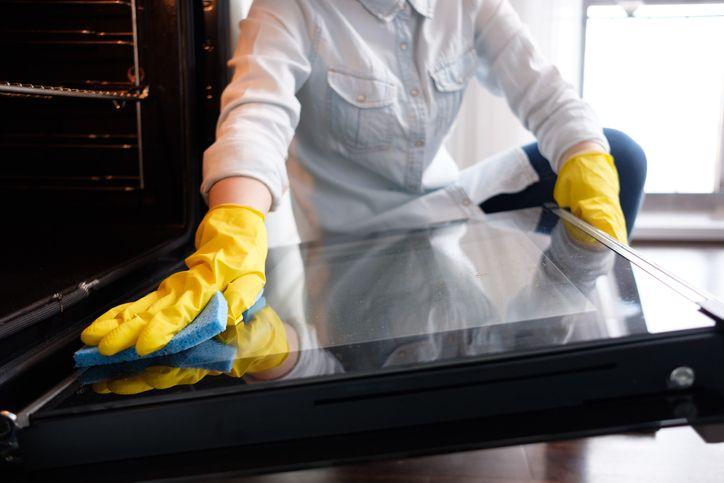Cómo mantener limpia la puerta del horno por dentro y por fuera